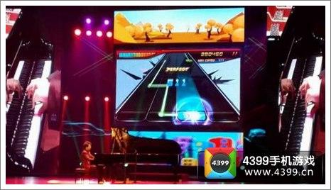 而幕后荧幕上,正是全民手游《节奏大师》的游戏画面.
