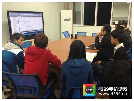 老师与即将上岗学生进行互动式教学