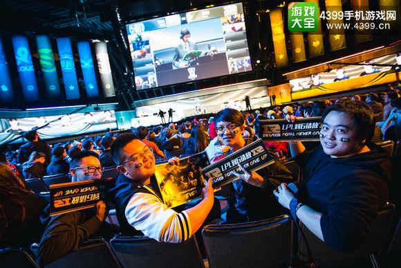 RNG抵达国内致意粉丝 熊猫直播遭霸版