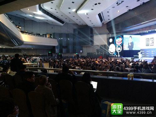主会场座无虚席很多后来的观众只能站在两侧聆听演讲