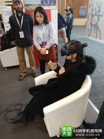 众多VR/AR企业展位聚集了很多试用者