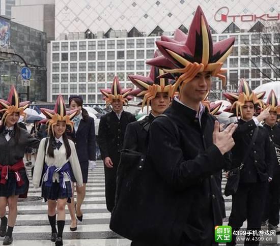 "Konami领着一个大队的""武藤游戏""上街推广《游戏王:决斗连锁》"