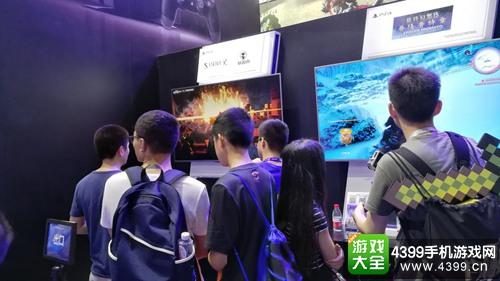 图片为普通玩家馆 玩家排队试玩《基因雨》游戏