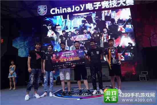 钛度创始人SKY(李晓峰)为刀塔2项目全国冠军上海 666队伍颁奖