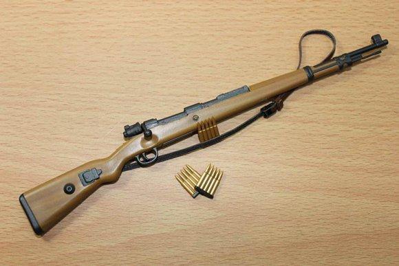 Kar98k最佳的使用方式还是远距离狙击静止目标。毕竟在游戏中,子弹并不是无脑的直线前进。 在弹道与落点的计算上,还是需要通过大量地练习才能掌握其规律。因此,对于新手而言,Kar98k更适合打固定靶。移动靶的话,还是选择自动步枪配合高倍镜一起食用。 这把枪并不是特别依赖配件(也没有什么配件可以使用)。