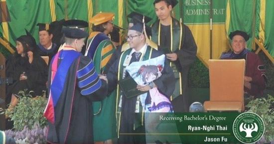 你们的老婆被抱走啦!外国大学生怀抱矢泽妮可领毕业证