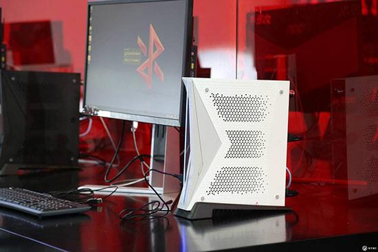 小霸王推出游戏电脑 售价将近5000元配有专用手柄