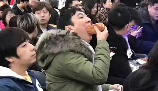 王思聪吃热狗