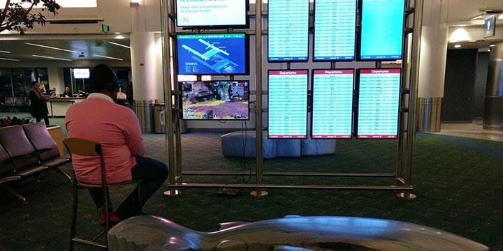奇男子出门带5斤重的PS4?竟然还在机场屏幕上打起了《APEX》